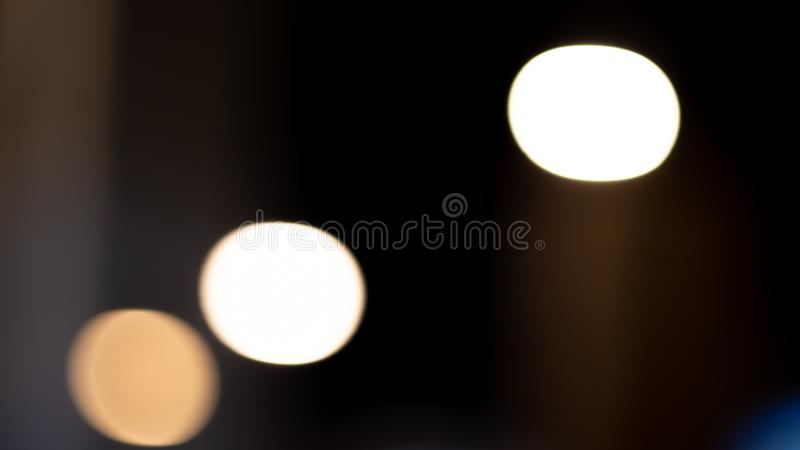 De Bokehlichten op weg in de stad, nachtlichten in stad, straatlantaarns bokeh achtergrond, onduidelijk beeld van nacht steekt aa vector illustratie