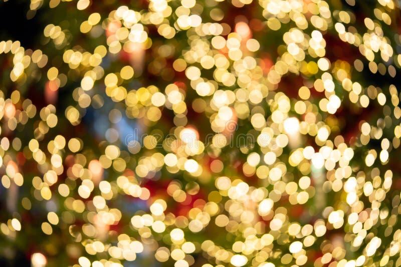 De Bokehlichten van de Kerstboom wordt aangestoken van veelvoudige satellieten Geschikt voor gebruik als achtergrond in media rec stock afbeeldingen