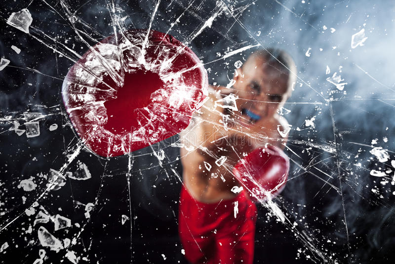 De bokser die een glas verpletteren