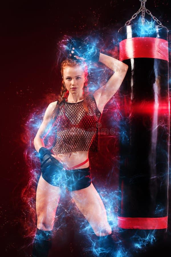 De bokser die van de vrouwensportman het in dozen doen opleiding doet bij de gymnastiek Meisje die handschoenen, sportkleding ove stock foto's