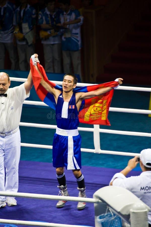 De bokser draagt vlag na winnend goud royalty-vrije stock fotografie