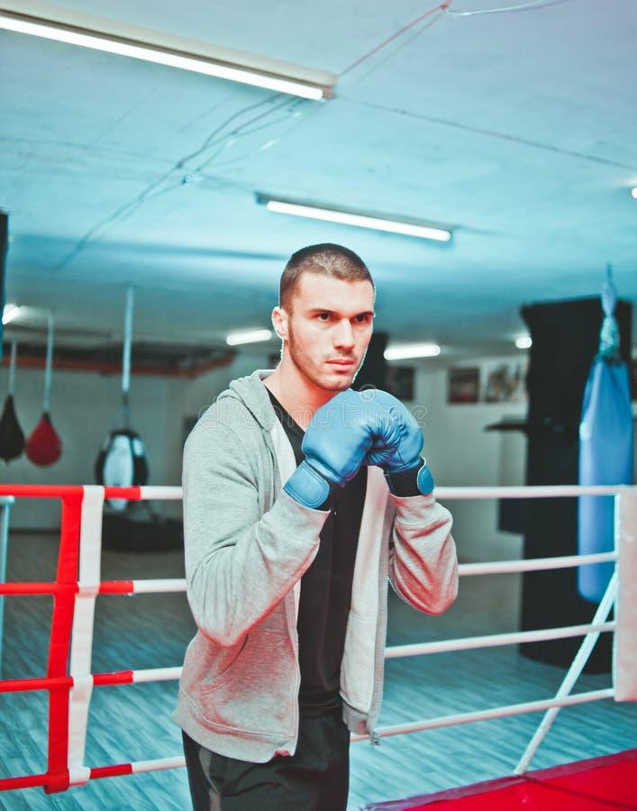 De bokser van de sportenkerel het in dozen doen royalty-vrije stock foto's