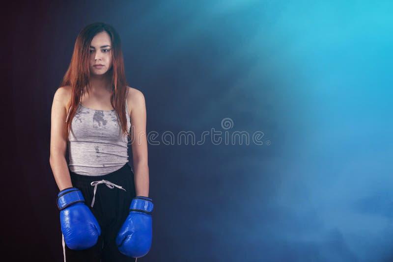 De bokshandschoenen van het boksermeisje met een waarde van vermoeide en zwetende copyspace royalty-vrije stock afbeelding