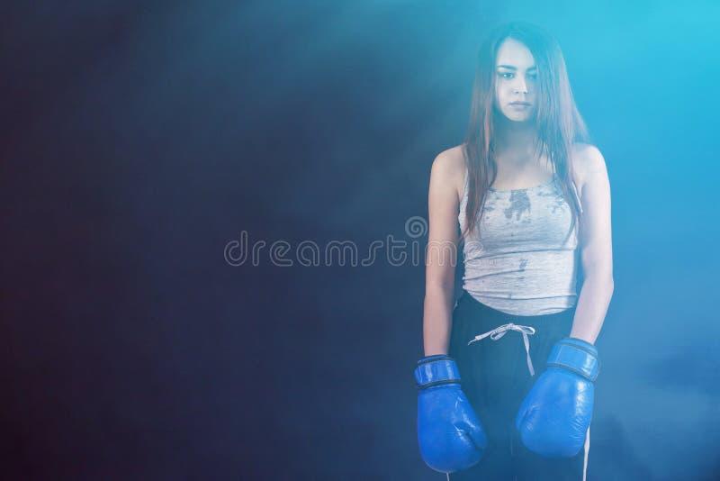 De bokshandschoenen van het boksermeisje met een waarde van vermoeide en zwetende copyspace royalty-vrije stock foto's