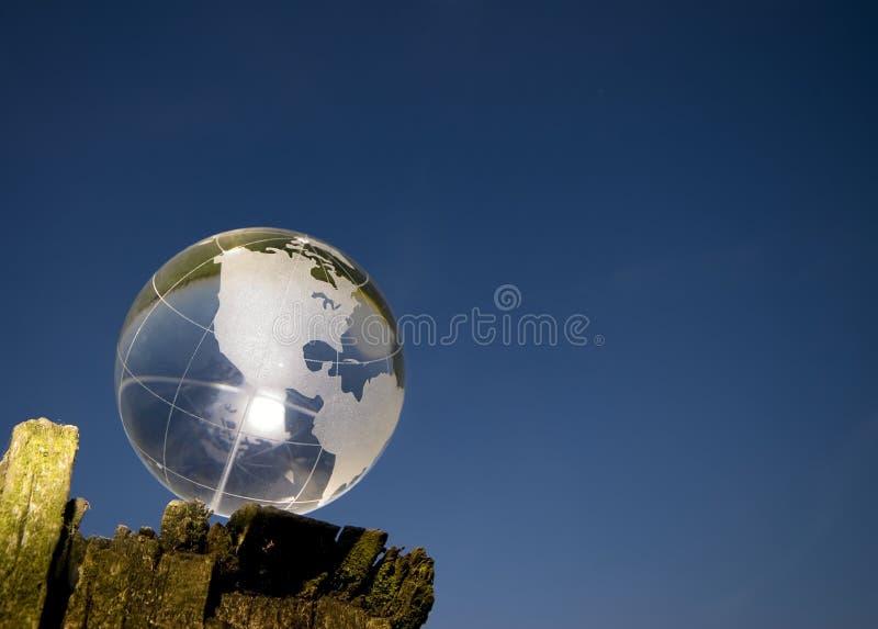 De bol van het kristal over blauwe hemel stock afbeeldingen
