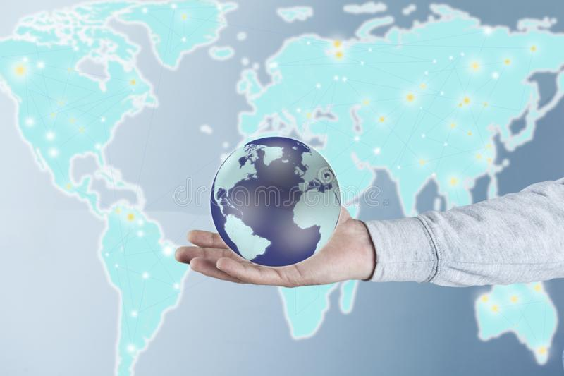 De bol van de mensenhand met kaart stock afbeelding