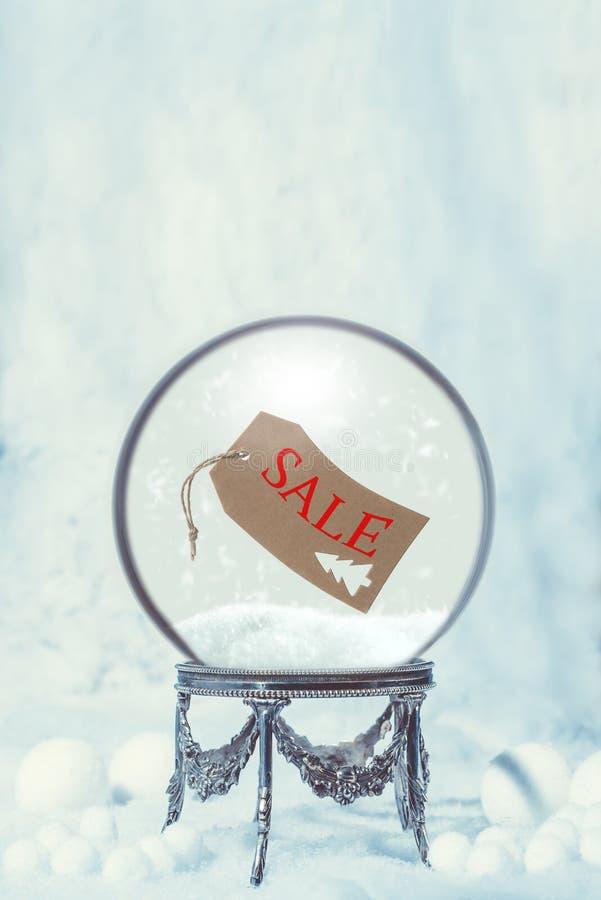 De Bol van de de wintersneeuw met het Kaartje van de Verkoopschommeling stock foto's