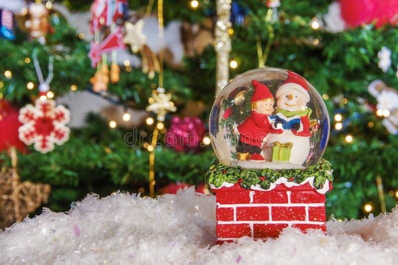 De bolbal van de Kerstmissneeuw vóór vage achtergrond met ruimte voor tekst royalty-vrije stock foto's