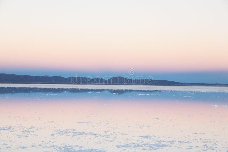 01 06 2000 de Bolivia odległości warstwy żeńskich lake ustanowione samotnych daleko nad Salar soli uyuni chodzącym cienką podróżn zdjęcie royalty free