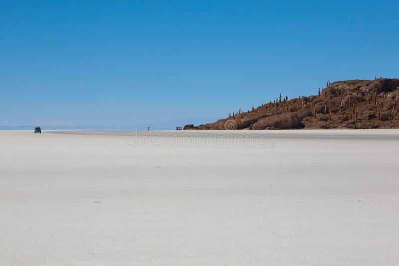 01 06 2000 de Bolivia odległości warstwy żeńskich lake ustanowione samotnych daleko nad Salar soli uyuni chodzącym cienką podróżn zdjęcia royalty free