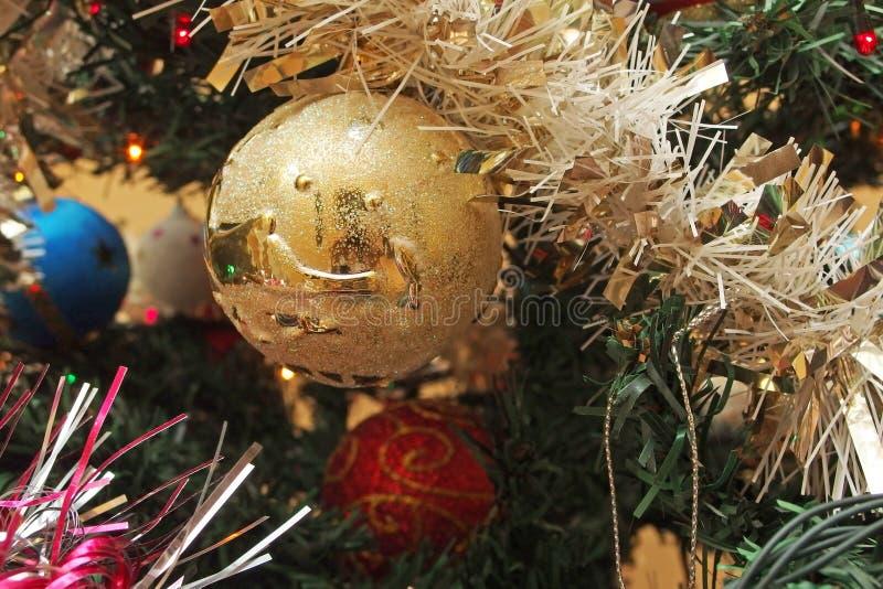De bolklatergoud van de kerstboomdecoratie stock foto