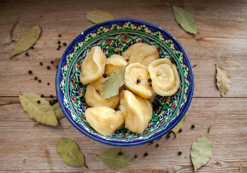 De bollen met aardappel of komen gediend met boter of zure room in schotel op rustieke houten achtergrond samen stock foto's