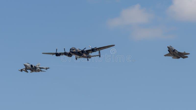 De bommenwerper van Lancaster in vorming met een Tornado en F35 straal stock afbeeldingen