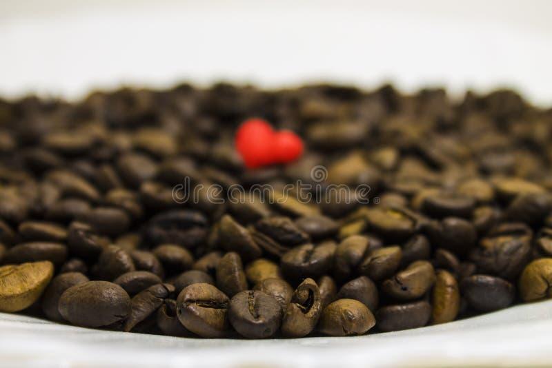 De bonen en het hart van de koffie royalty-vrije stock afbeelding