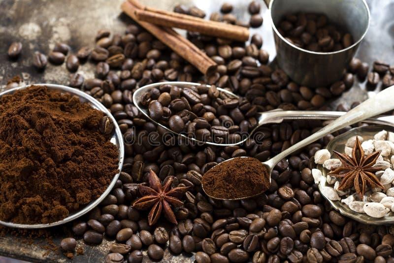 De bonen en de kruiden van de koffie stock foto