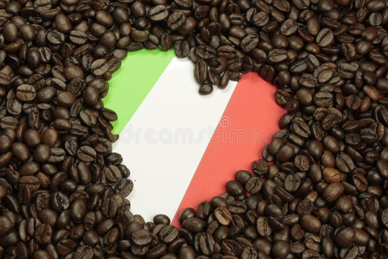 De bonen van de espresso met Italiaanse vlag stock foto's