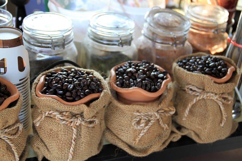 De bonen van de koffie in canvaszak stock foto