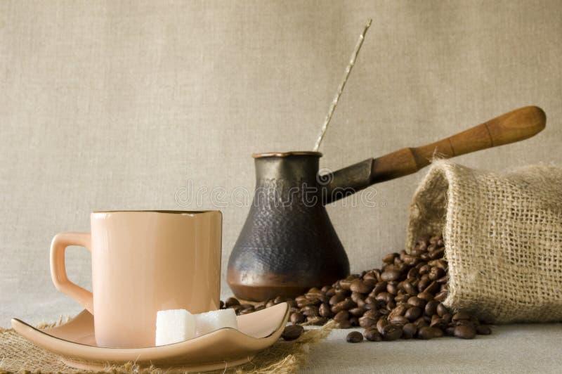 De bonen van de koffie, cezve en kappen van koffie royalty-vrije stock afbeelding