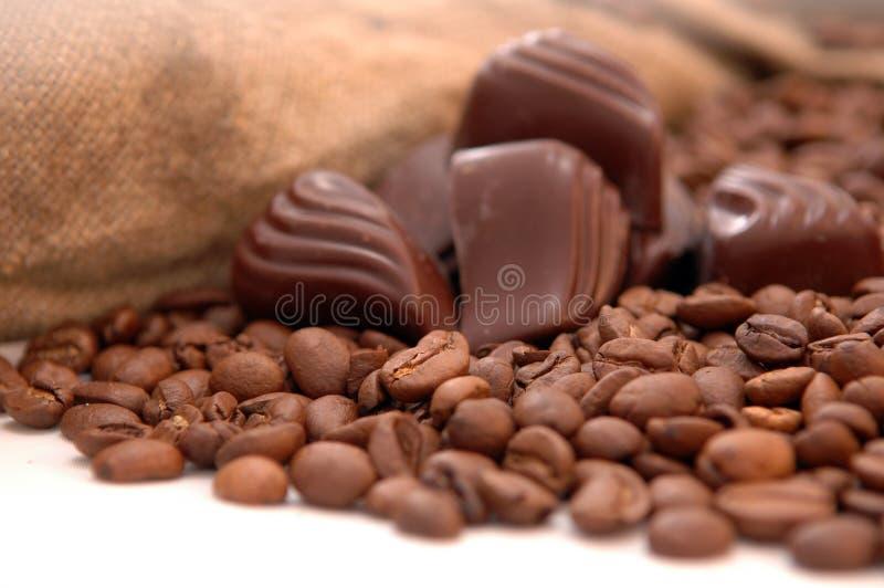 De bonen van de koffie, chocolade en zak stock foto's