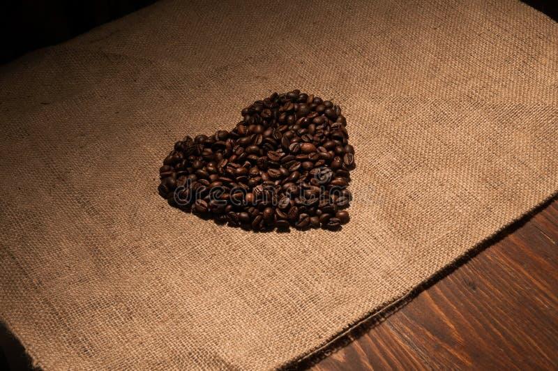 De bonen van de koffie in de vorm van een hart stock foto's