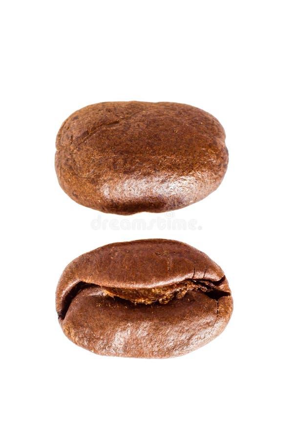 De bonen van de koffie Geïsoleerdj op witte achtergrond stock foto's