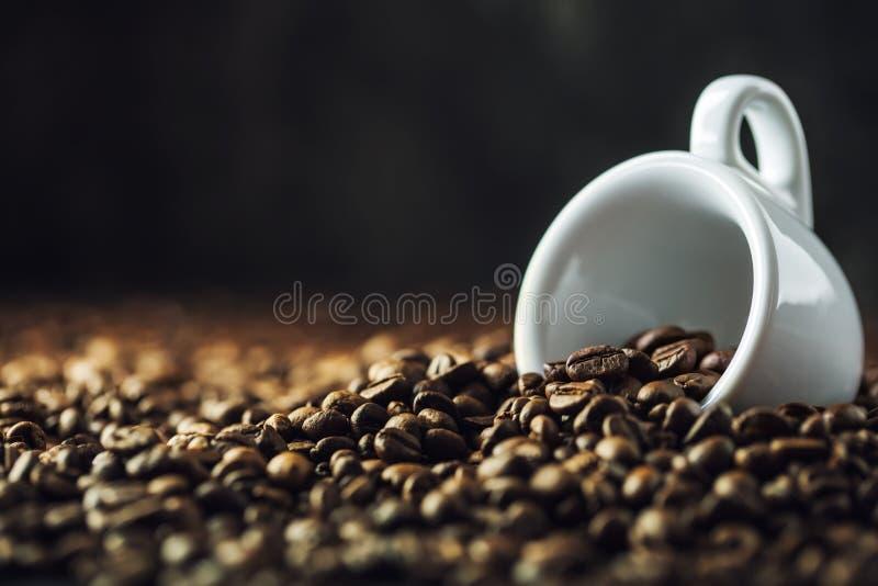 De bonen van de koffie Het hoogtepunt van de koffiekop van koffiebonen Gestemd beeld royalty-vrije stock fotografie