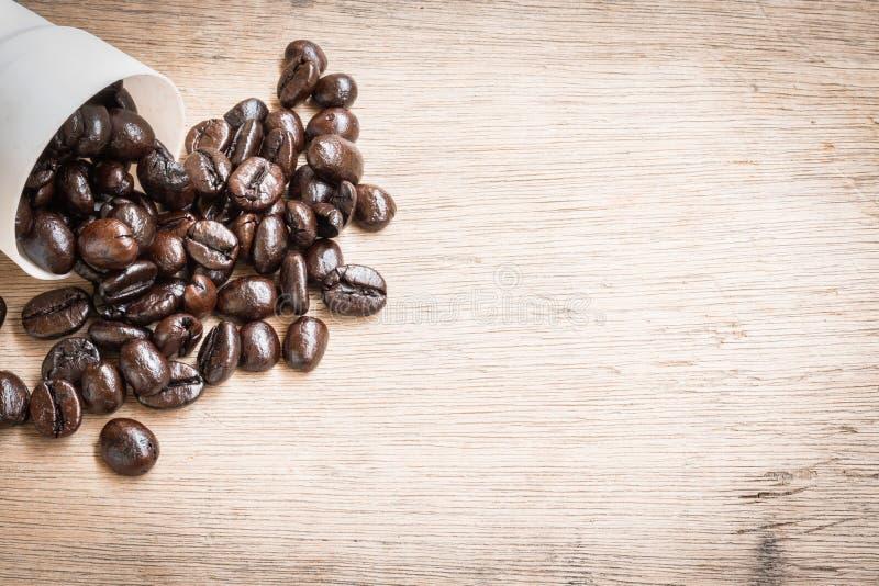 De bonen van de koffie op houten achtergrond stock foto's