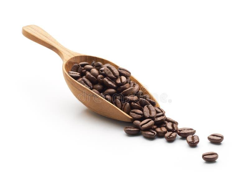 De bonen van de koffie op houten lepel stock afbeelding