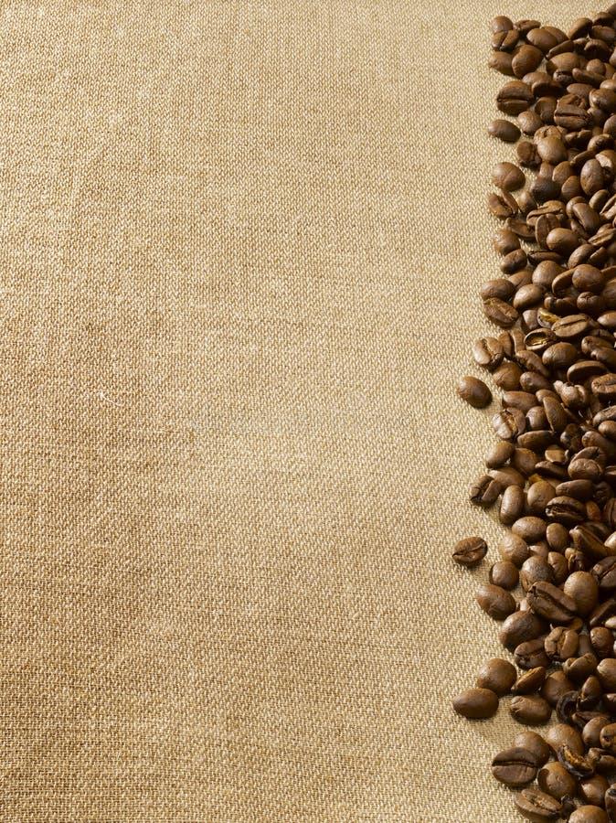 De bonen van de koffie op jute stock foto
