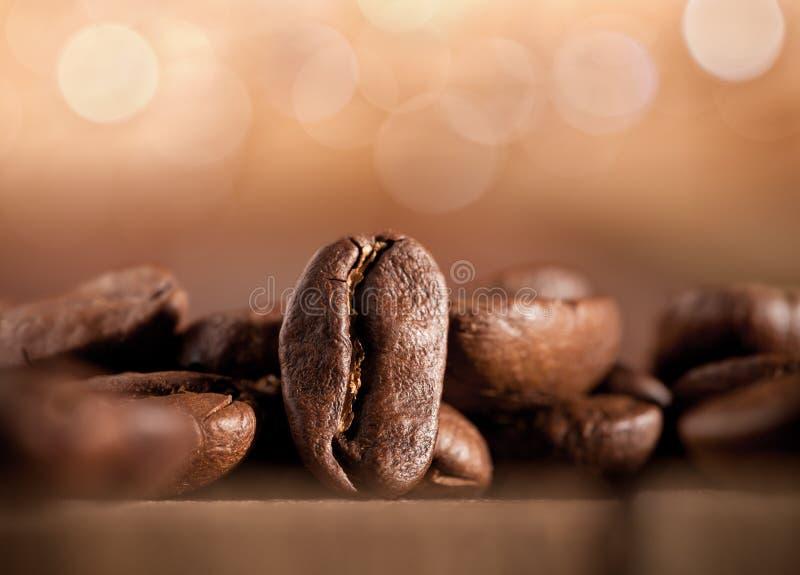 De bonen van de koffie op vage achtergrond royalty-vrije stock foto's