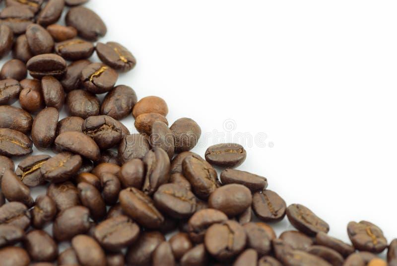 De bonen van de koffie op witte achtergrond stock afbeelding