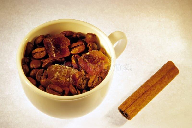 De bonen van de koffie, suikerkristallen en kaneel stock afbeeldingen