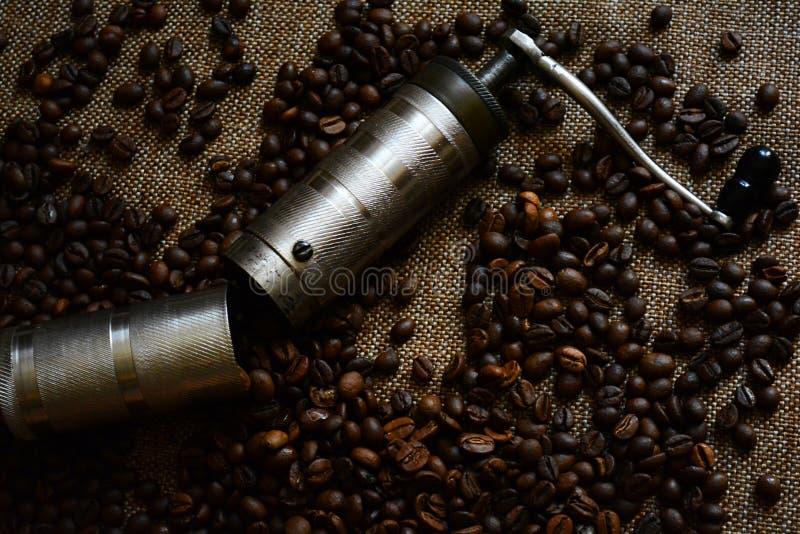 De bonen van de koffiemolen en van de koffie stock foto's