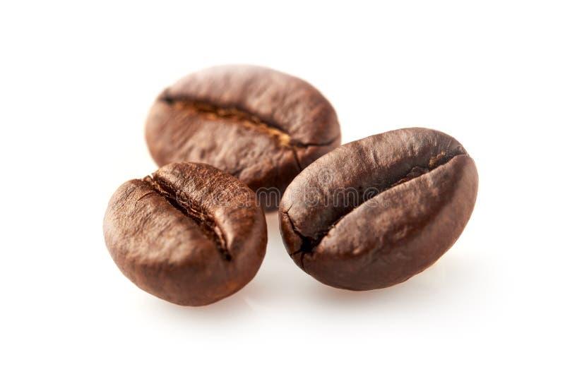 De bonen van de koffie die op wit worden geïsoleerdn royalty-vrije stock afbeeldingen