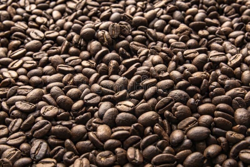De bonen van de koffie De geroosterde achtergrond van koffiebonen royalty-vrije stock fotografie