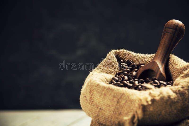De bonen van de koffie in jutezak royalty-vrije stock afbeeldingen