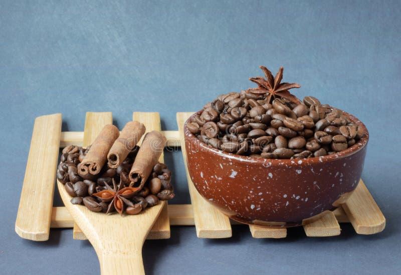 De bonen van de koffie met kruiden stock afbeelding