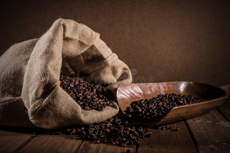 De Bonen van de koffie op grungeachtergrond royalty-vrije stock afbeelding