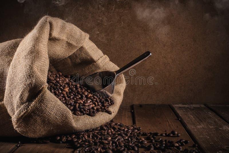 De Bonen van de koffie op grungeachtergrond stock foto's