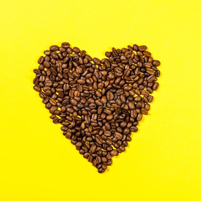 De bonen van de koffie in vorm van hart stock foto's
