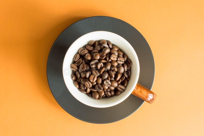 De bonen van de koffie in witte kom stock foto's