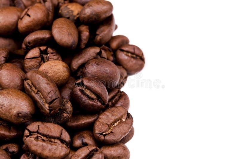 De bonenachtergrond van de koffie op witte achtergrond royalty-vrije stock foto's