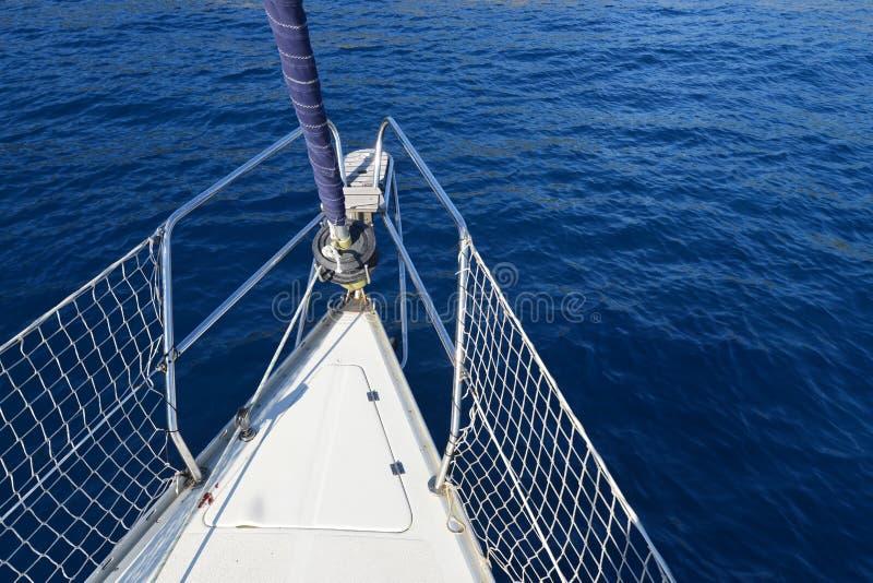 De boog die van de boot in blauwe Middellandse Zee vaart royalty-vrije stock afbeelding
