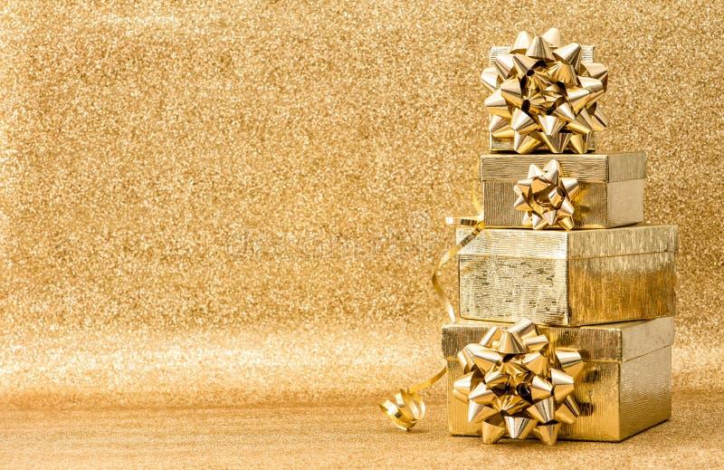 De boog gouden van het achtergrond giftenlint Vakantiedecoratie royalty-vrije stock foto