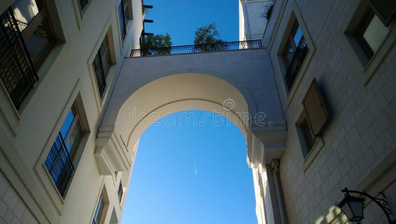 De boog tussen de twee moderne gebouwen in de stad van Tivat, in Montenegro royalty-vrije stock afbeeldingen