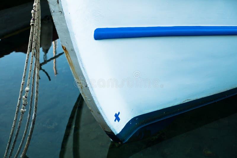 De boog van een Griekse vissersboot in een haven bij ochtend stock fotografie