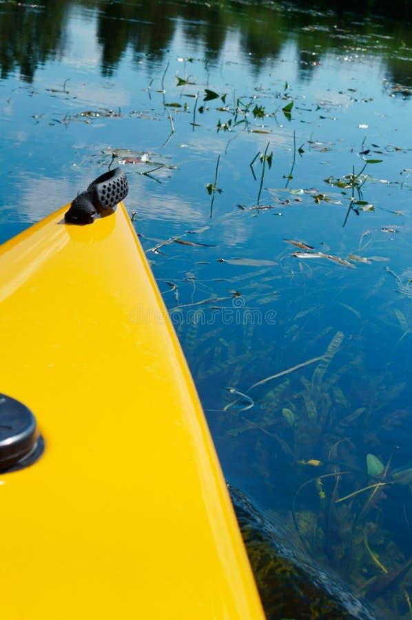 De boog van de kajak, de boog van gele kajak over het water stock foto's