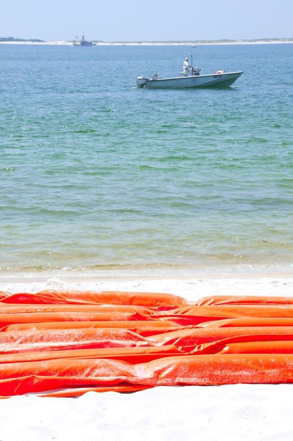 De boom van de olie om strand te beschermen royalty-vrije stock foto