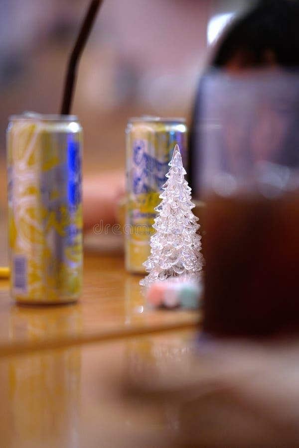 De boom van glaskerstmis in het midden rond door partij kan en drank stock afbeeldingen