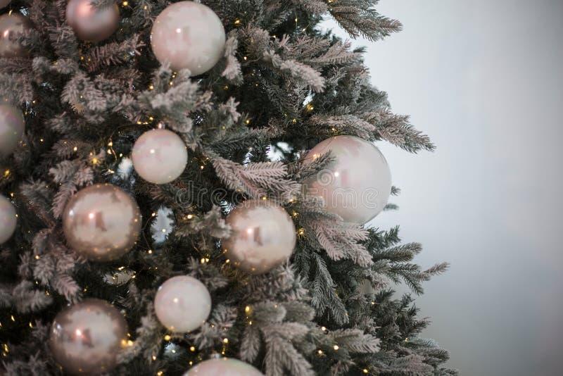 De boom van het Nieuwjaar met multi-colored gebieden die op het en trillingen een slinger hangen royalty-vrije stock foto